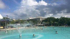 Lagune de natation d'esplanade de cairns dans l'Australie du Queensland banque de vidéos