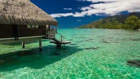 lagune de pavillon au-dessus de l'eau d'opérations banque de vidéos