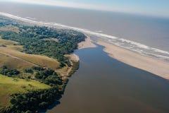 Lagune de plage de fleuve de photo d'air   Image stock