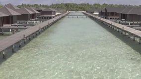 Lagune et pavillon sur l'île des Maldives banque de vidéos