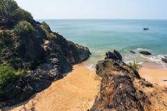 Lagune fermée avec à sable jaune séparé par un mur en pierre, un secteur le prenant un bain de soleil pour des nudistes Photographie stock libre de droits