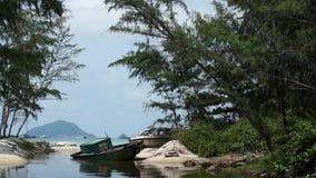 Lagune met boten op de bank stock video