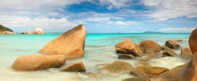 Lagune mit Steinen und mit einem klaren Türkismeer Lizenzfreie Stockbilder