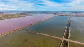Lagune quadrate per evaporazione di sale e di uno stagno con acqua rossa Fotografia Stock