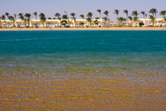 Lagune, Sand und Palmen Lizenzfreie Stockbilder