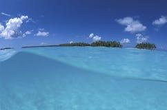Lagune, strand en kokosnoot drie polynesia stock afbeelding