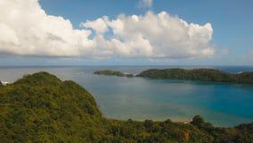 Lagune tropicale de vue aérienne, mer, plage Île tropicale Catanduanes, Philippines banque de vidéos