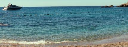 Lagune und Yacht des blauen Wassers an den Skylinen Lizenzfreie Stockbilder