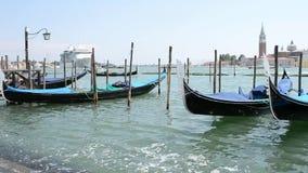Lagune van Venetië, oceaancruisevoering, gondels verankerde en een intens overzees verkeer stock footage