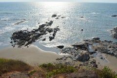 Lagune zwischen Insel mit blauem Wasser Lizenzfreies Stockfoto