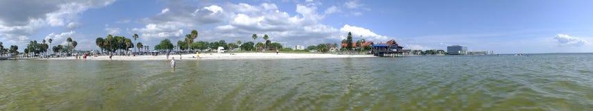 Lagune zwischen Insel mit blauem Wasser lizenzfreies stockbild