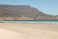 Lagunen-Strand, Cape Town, Südafrika mit Tafelberg im Hintergrund Stockfoto