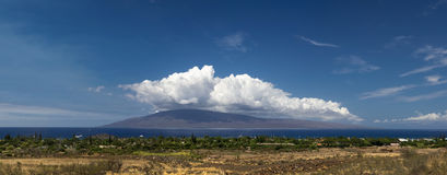 Lahaina全景和拉奈岛,毛伊,夏威夷海岛  免版税图库摄影