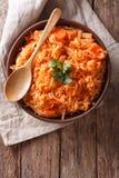 希腊食物lahanorizo米用在碗的圆白菜 垂直的上面 库存照片