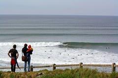Lahinch que practica surf Fotos de archivo