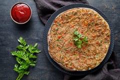 Lahmacun传统土耳其自创薄饼用剁碎的牛肉或羊羔肉,辣椒粉 免版税库存图片