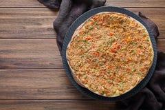 Lahmacun自创土耳其可口面团薄饼用剁碎的牛肉或羊羔肉 免版税图库摄影