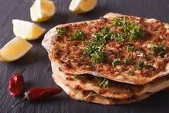 Lahmacun - турецкий крупный план пиццы на таблице горизонтально Стоковая Фотография