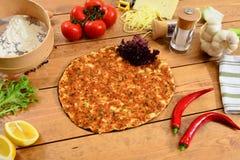 Lahmacun de la comida y fondo turcos tradicionales de madera Foto de archivo