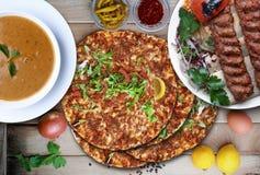 Lahmacun, Kebab und Linsensuppe Stockbild