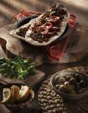Lahmacun - turkisk pizza på en wood bakgrund Fotografering för Bildbyråer