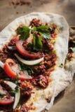Lahmacun - turkisk pizza på ett wood bakgrundsslut upp Fotografering för Bildbyråer