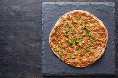 Lahmacun Turkse gastronomische pizza met fijngehakt rundvlees of lamsvlees, paprika, tomaten Royalty-vrije Stock Fotografie