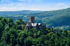 Lahneck del castillo en Lahnstein est Rhin con el cielo azul imágenes de archivo libres de regalías