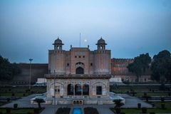 Lahore fort med Iqbal Tomb royaltyfri foto
