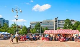 Lahti finland Folk på marknadsfyrkant Royaltyfri Fotografi