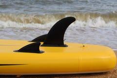 Lai-down del dettaglio del surf sulla sabbia alla spiaggia fotografia stock