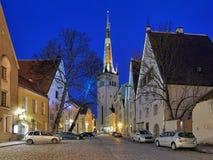 Lai Street och för St Olafs kyrka i Tallinn den gamla staden i skymning, Estland Royaltyfri Bild