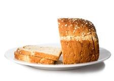 Laib des geschnittenen Brotes auf Platte. Lizenzfreie Stockfotos