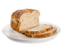 Laib des geschnittenen Brotes auf Platte. Lizenzfreies Stockbild