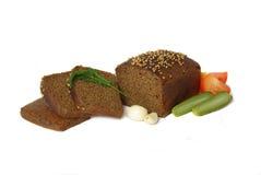 Laib des Roggenbrotes gedient mit Gemüse Lizenzfreies Stockbild