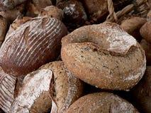 Laibe des Brotes an einem Markt der Landwirte Lizenzfreie Stockfotos