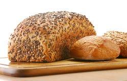 Laibe des Brotes und der Rollen auf Versuchsaufbau Stockfotos