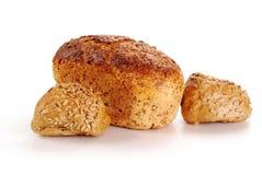 Laibe des Brotes und der Rollen getrennt auf Weiß Lizenzfreies Stockbild