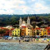 Laigueglia, Ligurië, Italië: toneelmening van het overzees van kleurrijke ligurian stad, stegen en straten aan het historische ce Stock Foto's