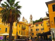 Laigueglia, Ligurien, Italien: szenische Ansicht vom Meer der bunten Ligurier Stadt Lizenzfreie Stockbilder