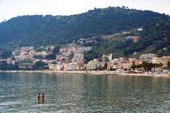 Laigueglia med romantiska par i havet Royaltyfri Bild