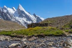 Laila font une pointe la vue du camp de Khuspang, K2 le voyage, Pakistan Images libres de droits
