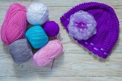 Laine colorée pour le chapeau de tricotage d'esprit Photos libres de droits