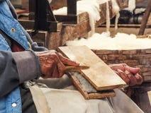 Laine de cardage Quechua indigène d'homme Images libres de droits
