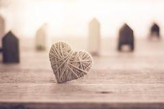 laine de tricotage de couleur de vintage dans la forme du coeur sur le vintage en bois Image stock