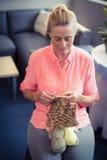 Laine de tricotage de femme supérieure photos libres de droits