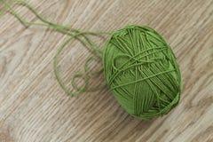 Laine de tricotage verte Image libre de droits