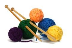 Laine et aiguilles de tricotage Images libres de droits