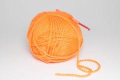 Laine pour tricoter sur le fond blanc Photographie stock libre de droits