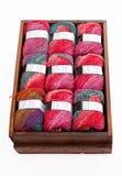 Laines colorées dans un tiroir Images stock
